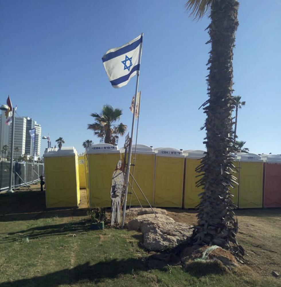 Это фото Виктор Комоздражник сделал в дни Евровидения: туалеты расположили рядом с памятником жертвам теракта в