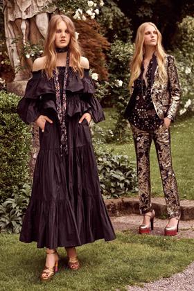 Объемные длинные платье свободного кроя были популярными в разное время, но на подиумы подобные вещи попали именно после планетарного успеха субкультуры хиппи.